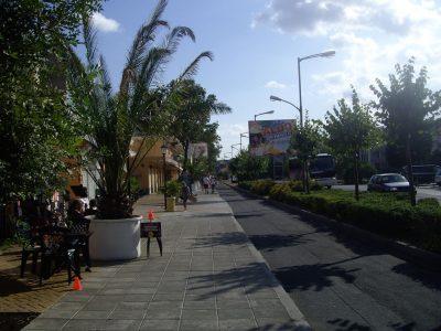 Солнечный Берег центральная улица. Пешеходная, велосипедная и автомобильная зоны.