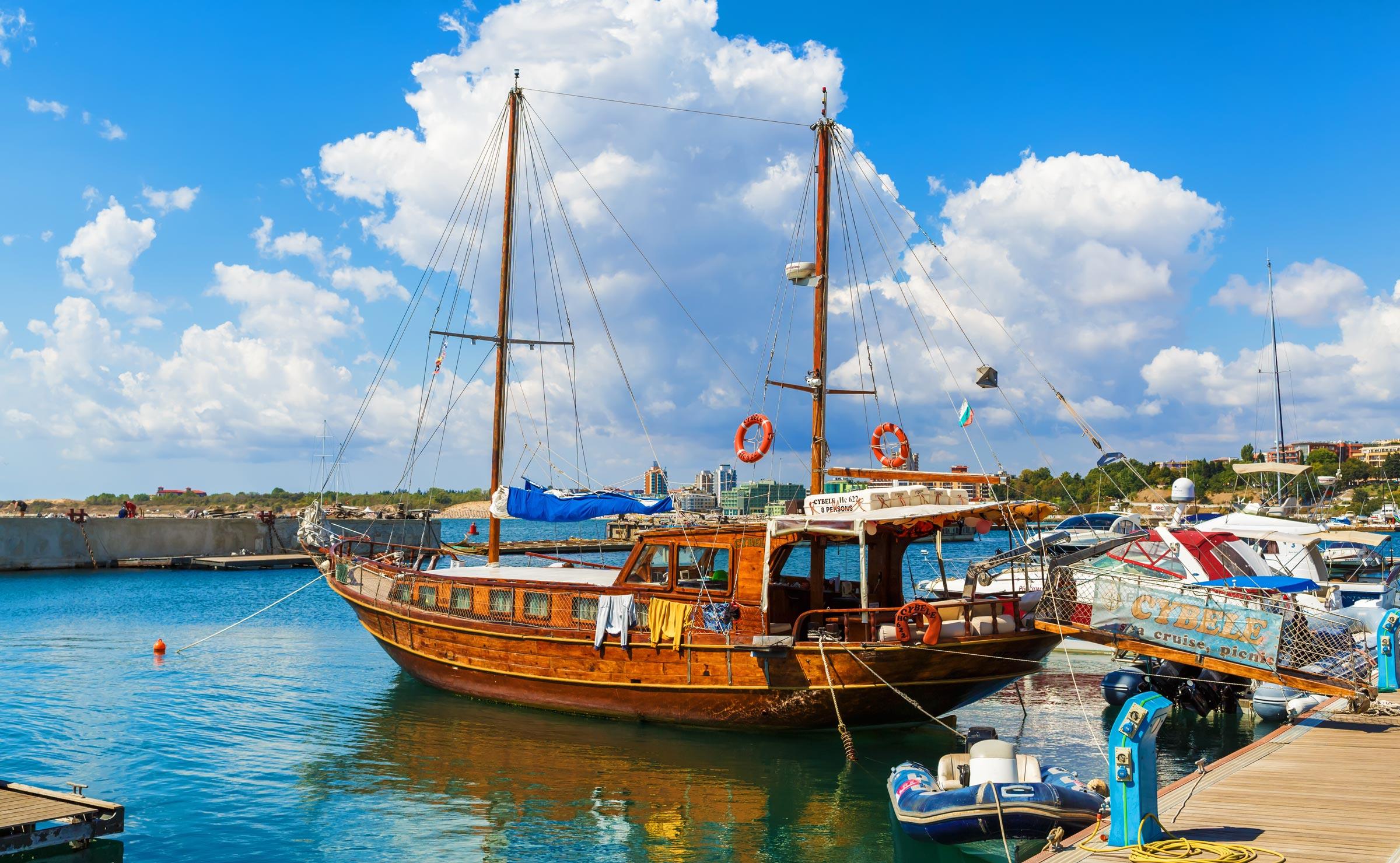 Прогулочная яхта в порту Несебра